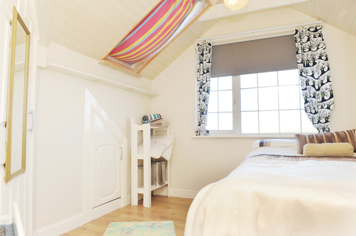 Top Floor flat 10 mins from Airport