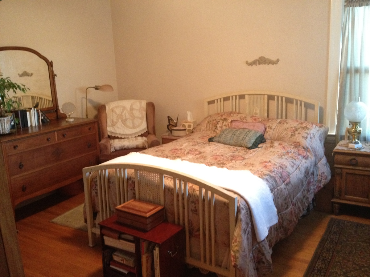 Upstairs private bedroom, vintage style, comfortable full size bed and lots of natural light. Relaxing and private.