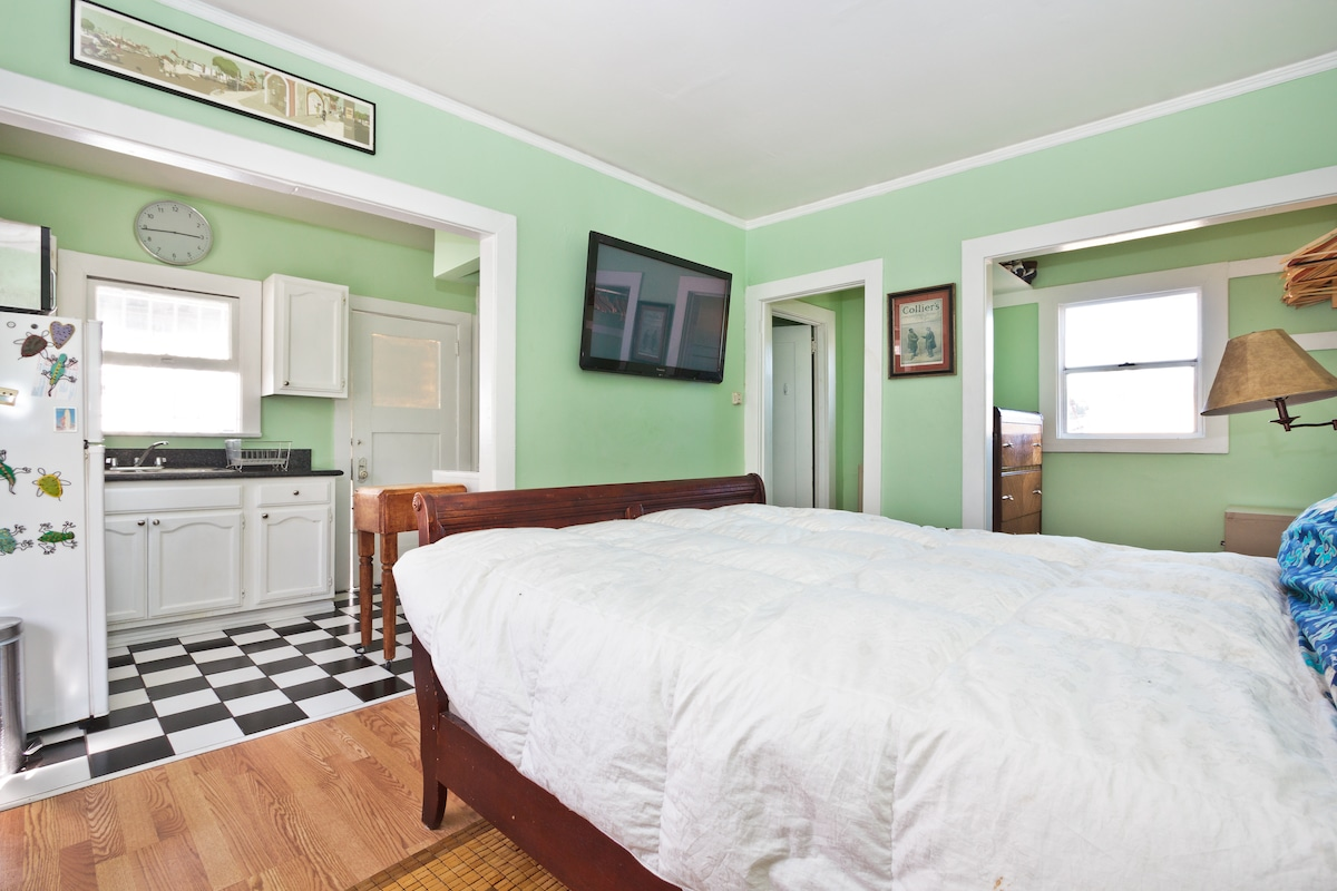 Private Studio, Kitchen, Bath, Outdoor patio. Perfect for singles and couples.