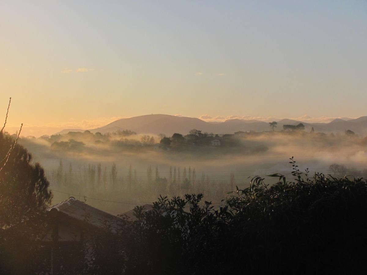 Vue de la maison, la Rhune dans la brume