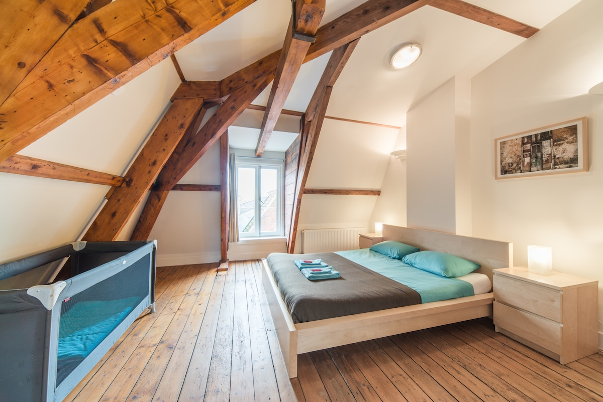 great stylish bedroom with a baby cod