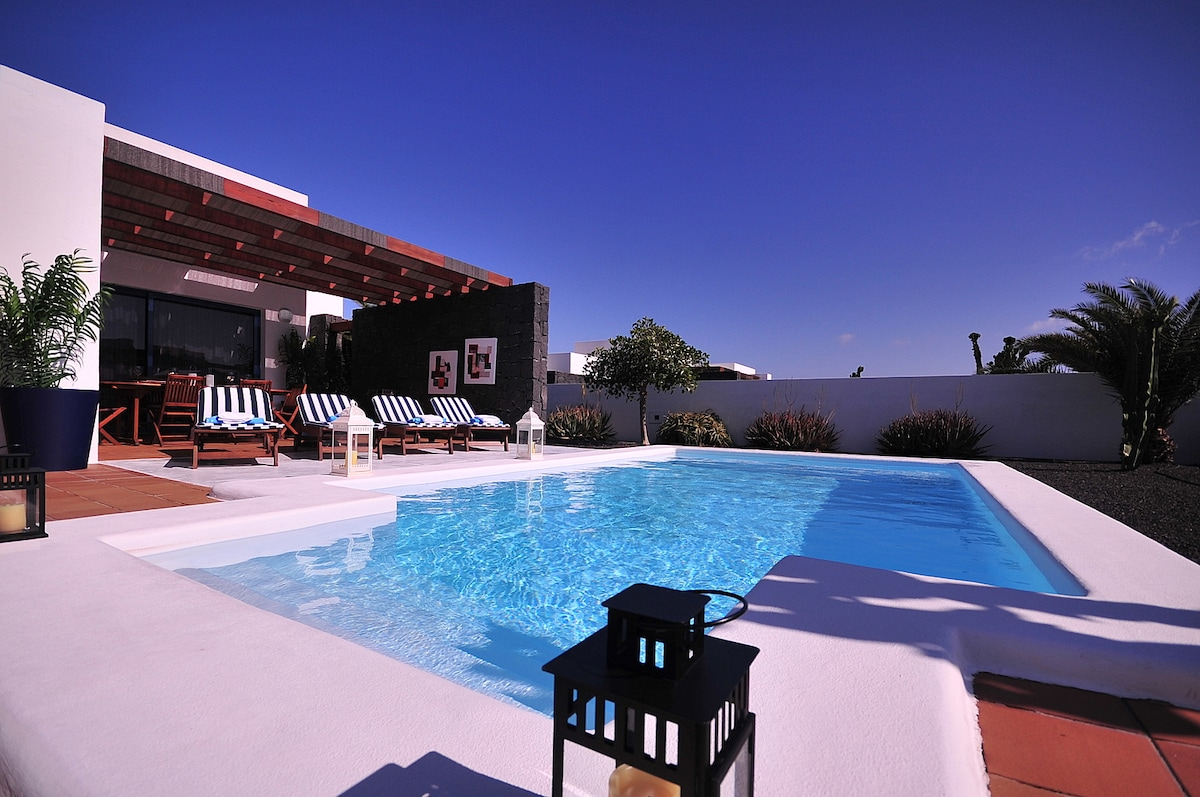 Villa with private heated pool B5