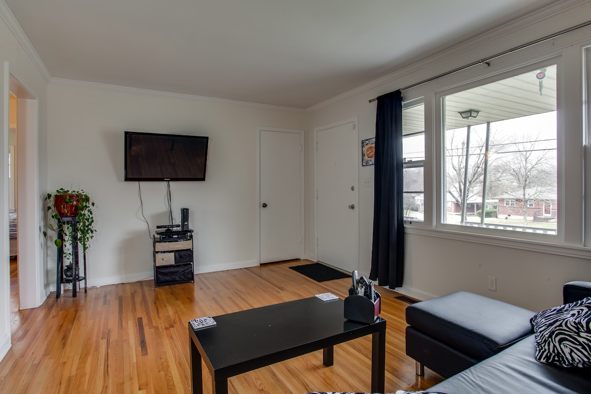 Shared Living Room with lots of sunlight, Flatscreen TV with Xbox, Cable and Netflix!