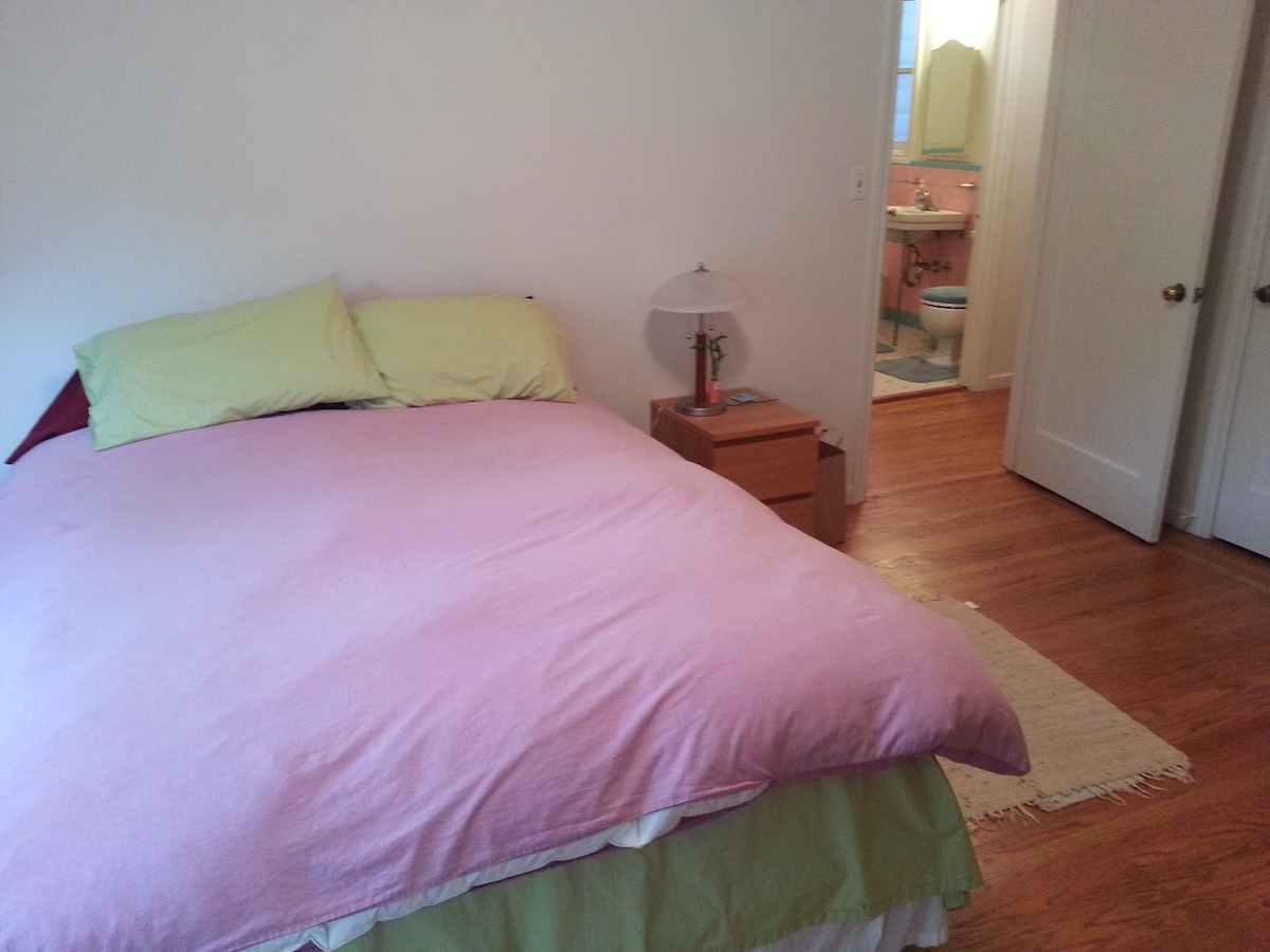 The queen sized bed comes with a large quilt, and we have extra air beds to easily sleep 4.