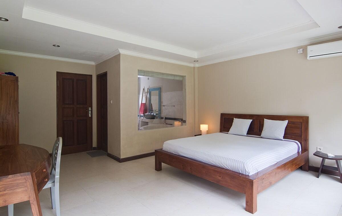 The bedroom have also a direct access with the ping-pong room / La chambre a aussi un accès direct à la salle de ping-pong.
