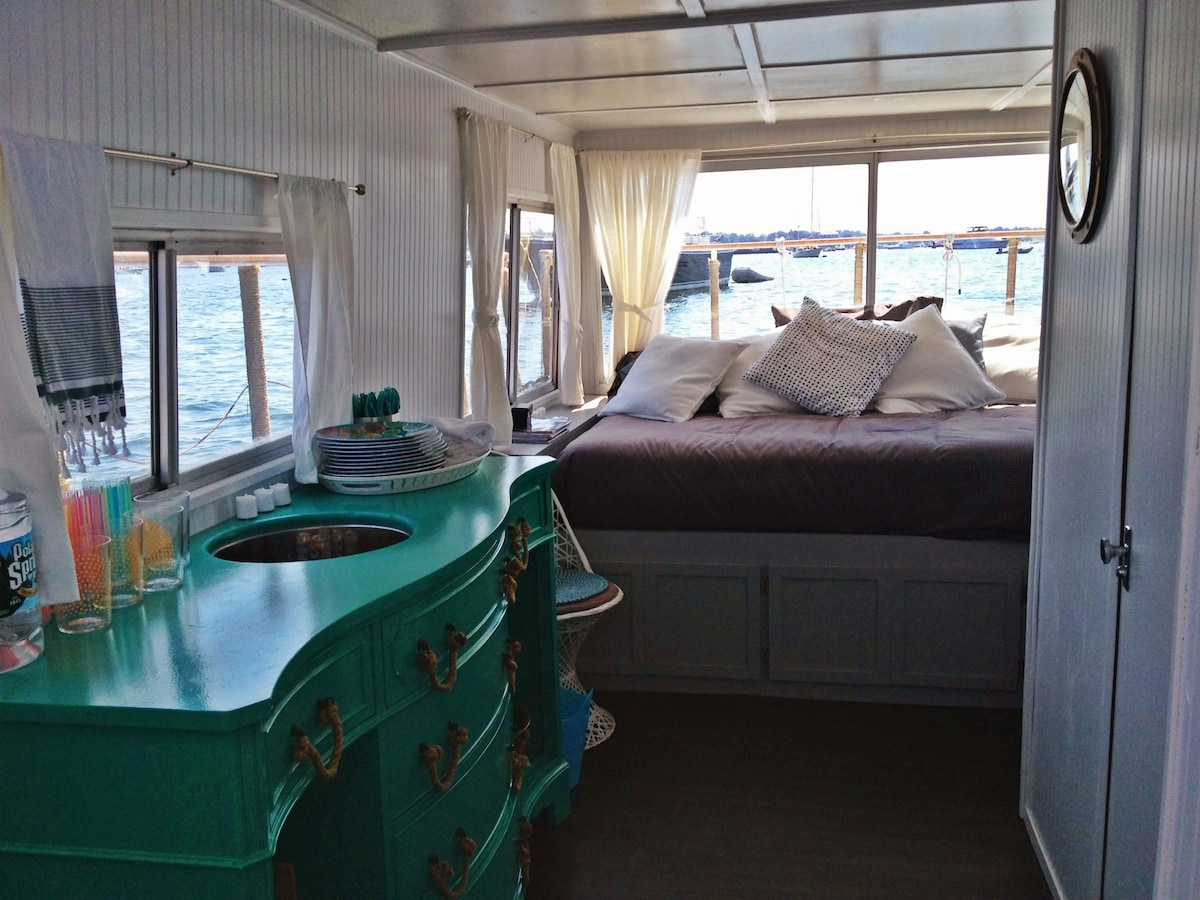 Built in queen sized bed with seating and bar... magnificent views, perfect place for a nap!