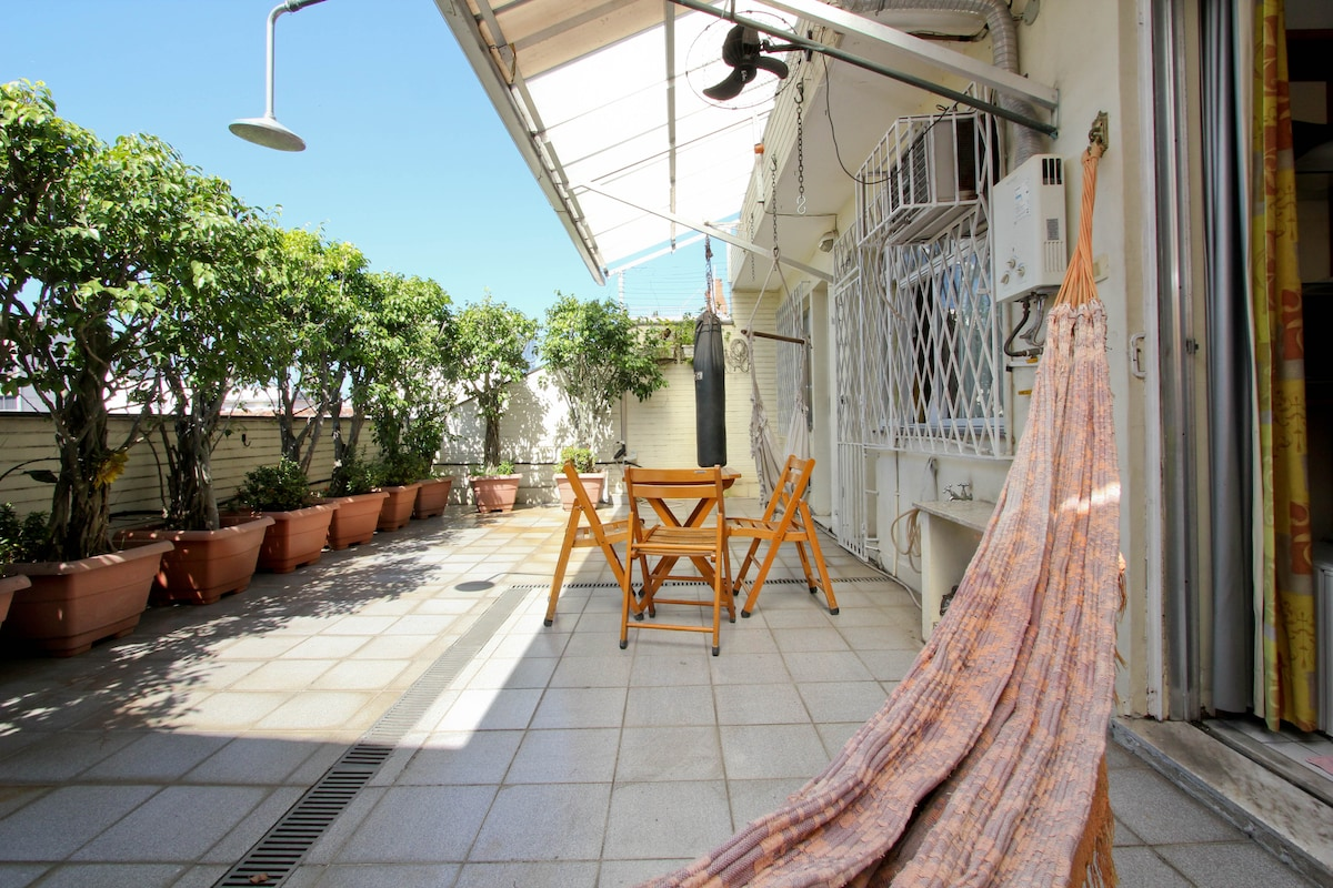 Big veranda with hammock,  punching bag, outdoor fan to cool, hot/cold outdoor shower. Don't worry, you have an indoor shower in your bathroom, too.