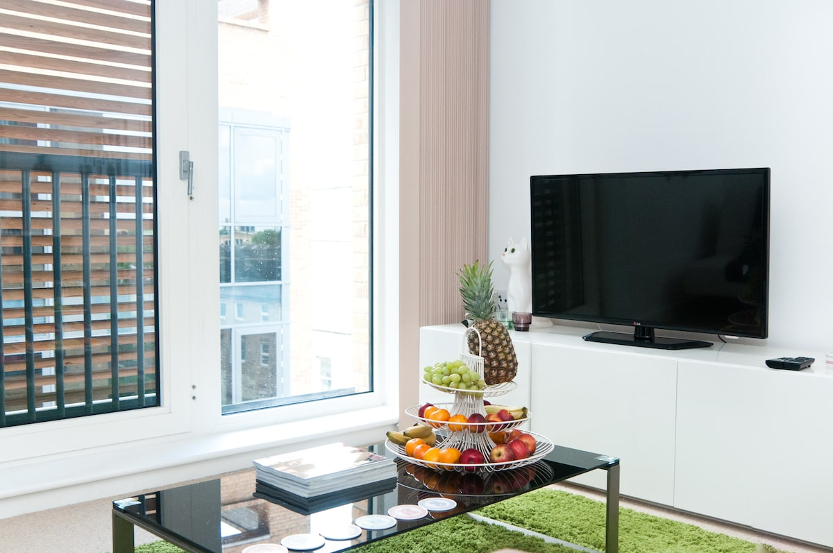 Large coffee table to dine and watch TV at the same time