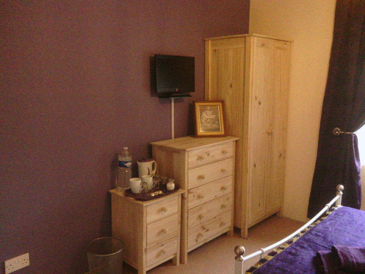 Guest room: storage, tv and tea and coffee making facilities.