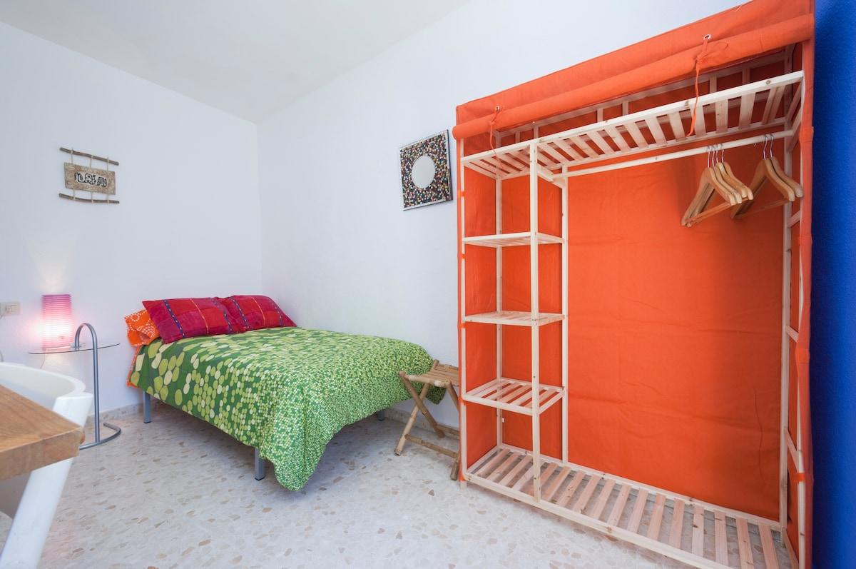 La habitación soleada con algunos de los elementos que la conforman