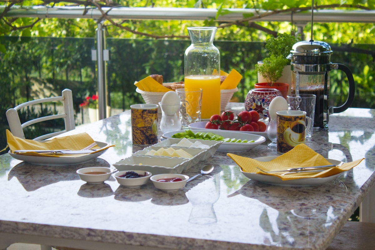 Breakfast is served on the balcony overlooking the garden with fresh fruit juice or homemade smoothies.