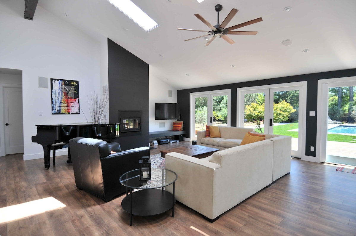 Nice living room!!! Grand piano, wood burning fireplace and large entertainment system