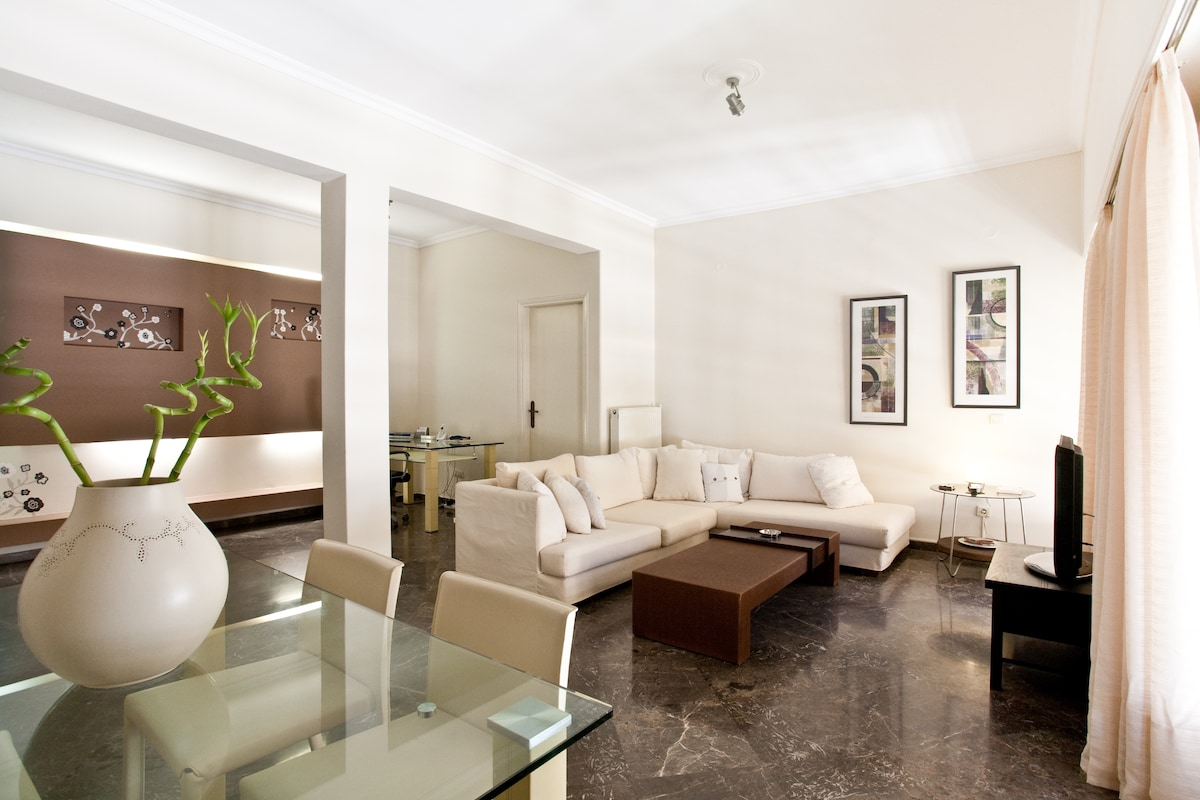 The living room of 40 sq. m. with a 32'' tv, dining table and an office area with FREE WiFi and local calls.