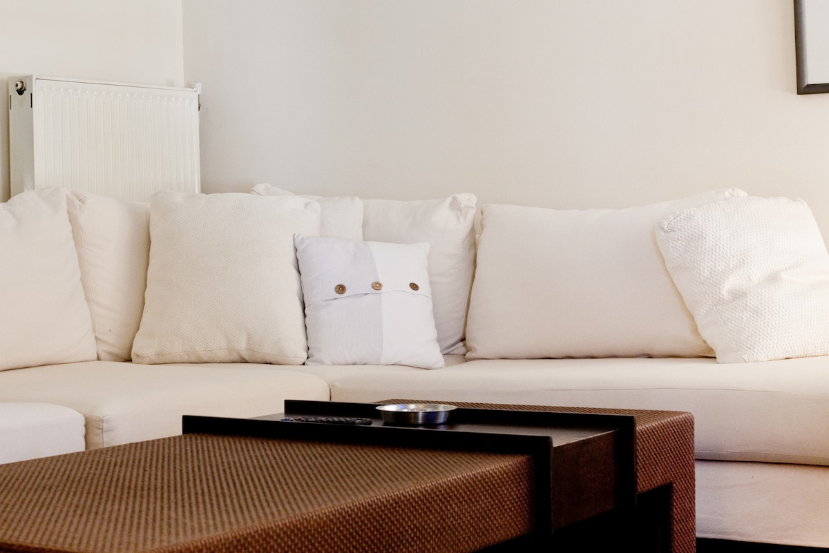 Comfy corner couch in front of a 32' inches TV to relax after a busy sightseeing day!