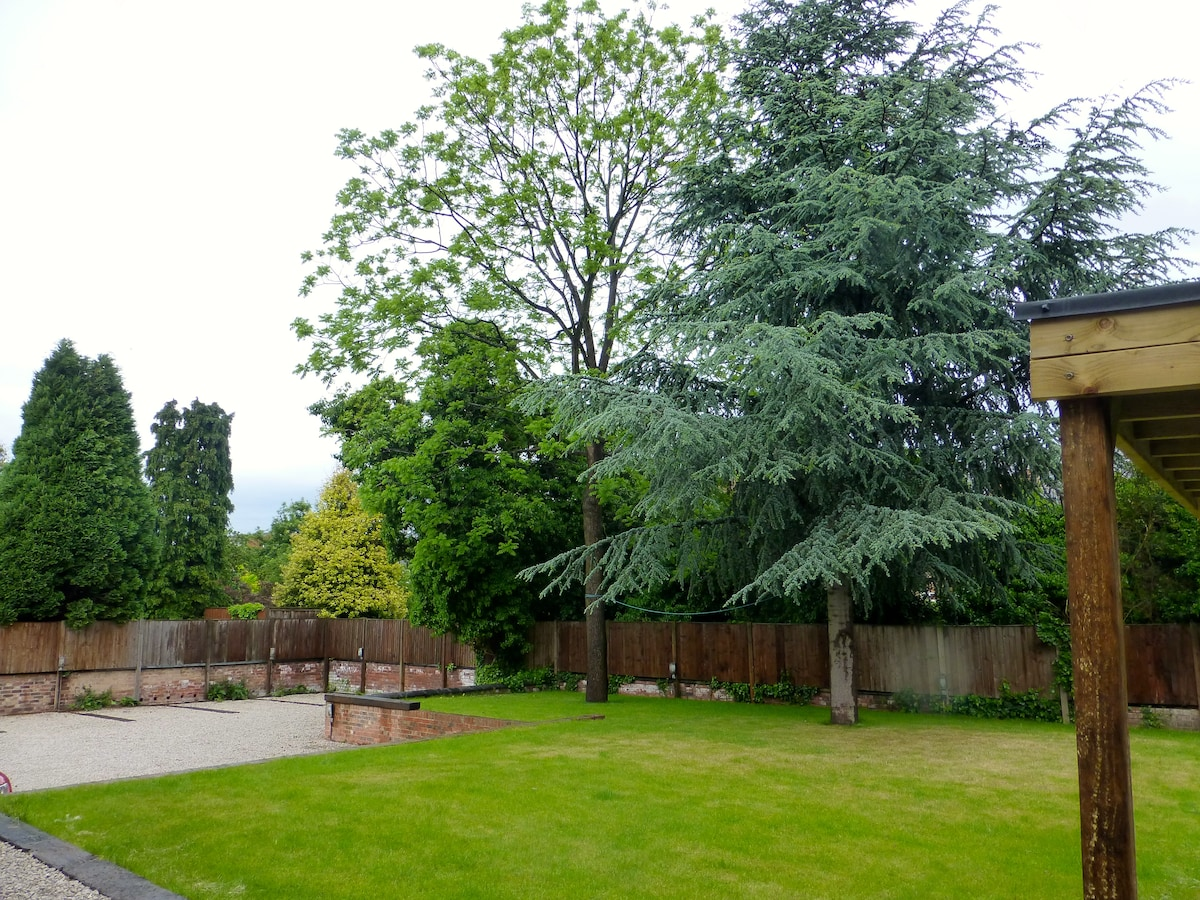 Funky, Garden View 1 Bed Apartment
