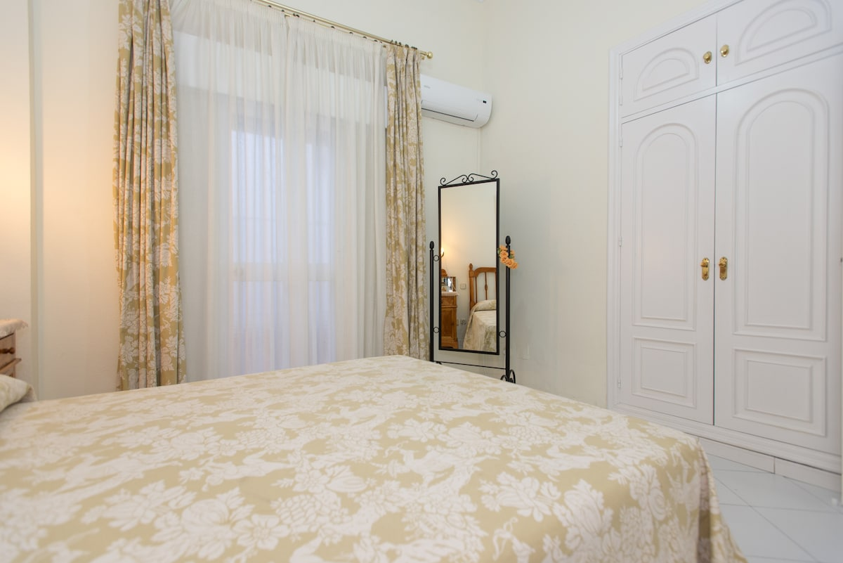 Bedroom equipped with air conditioning/heating unit