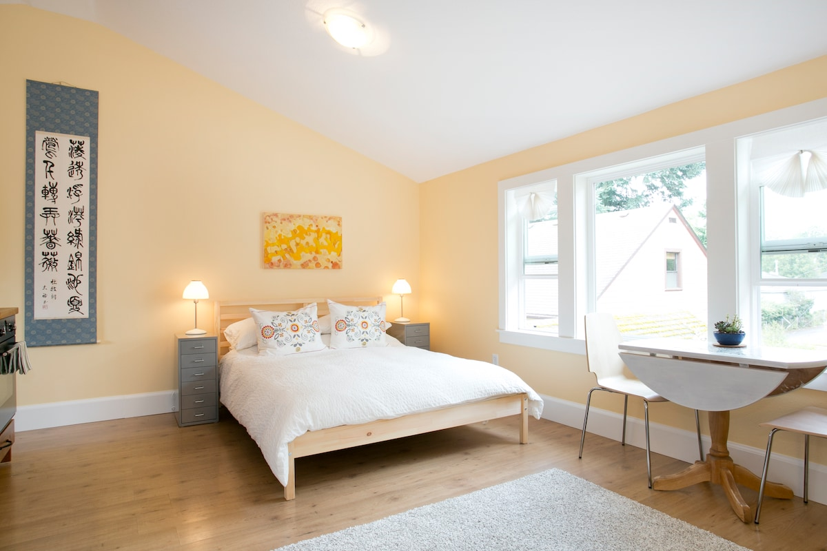 comfy queen size bed, privacy blinds, breakfast table ...