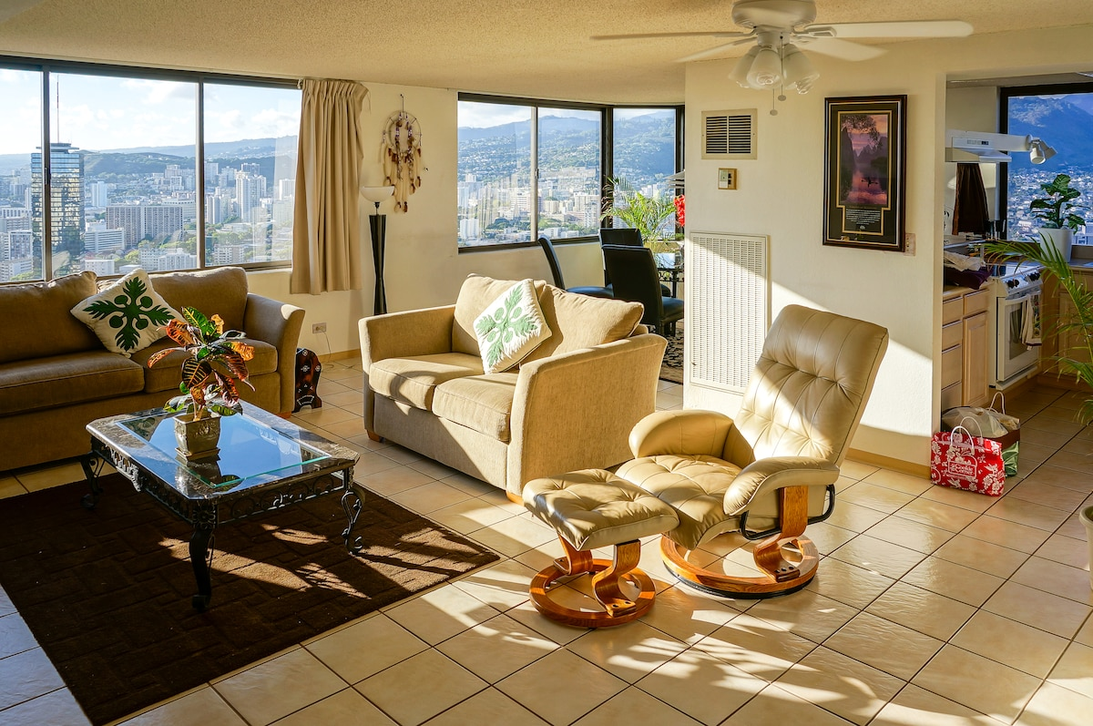 Few one-bedroom penthouses in Honolulu are this spacious, let alone this well-appointed.