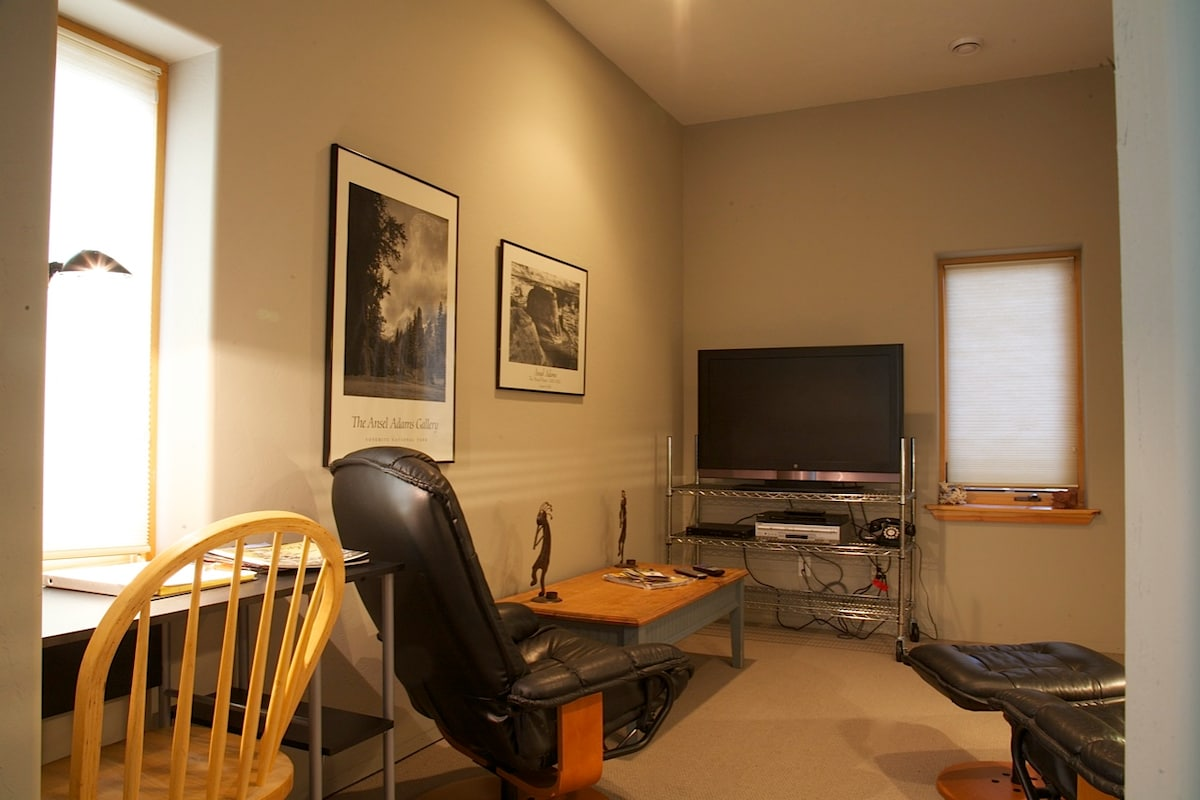 "Sitting area with 42"" flatscreen TV."