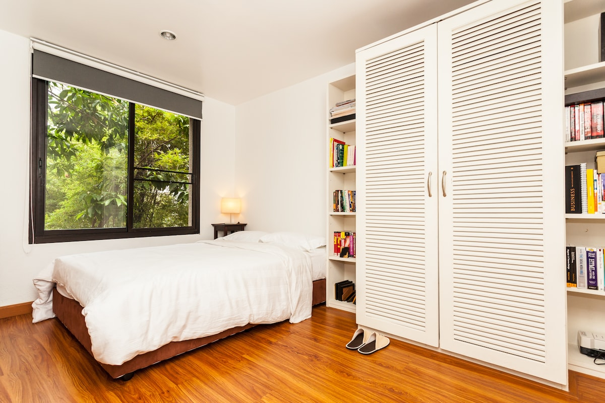 This is the room thats for rent in this listing.