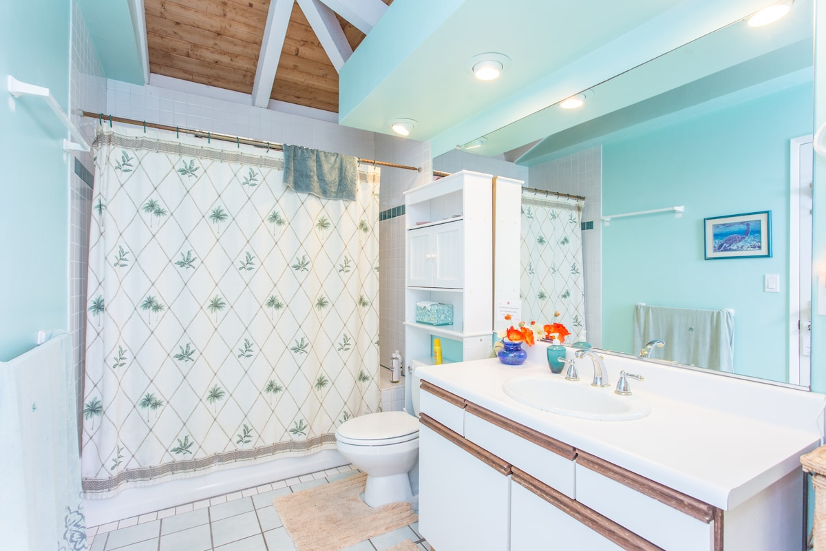 The hall bathroom that is associated with the Kahuna Room.