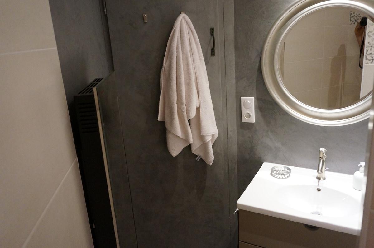 A gauche, un convecteur-miroir. Le mur est enduit en tadelakt.