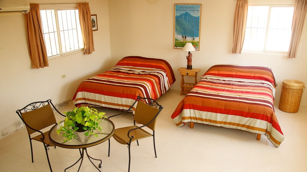 Camas matrimoniales y cómodo desayunador. Two double beds for your comfort.