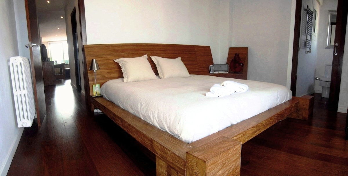 King Size Bedroom Private Ensuite with views to Tibidabo