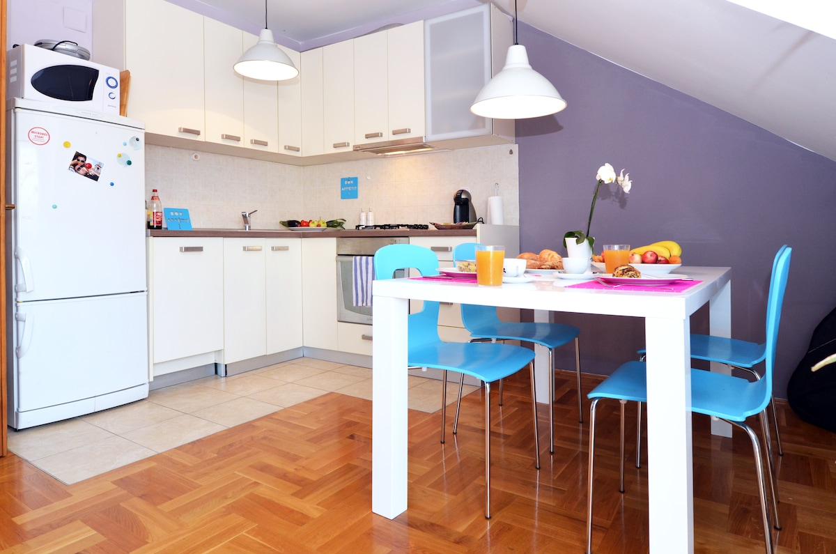 fully equiped kitchen with a big dining table