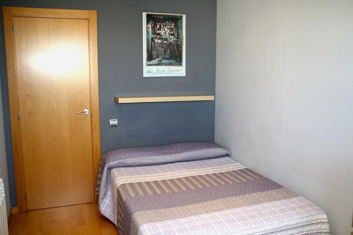BCN_Quiet & Sunny room to rent