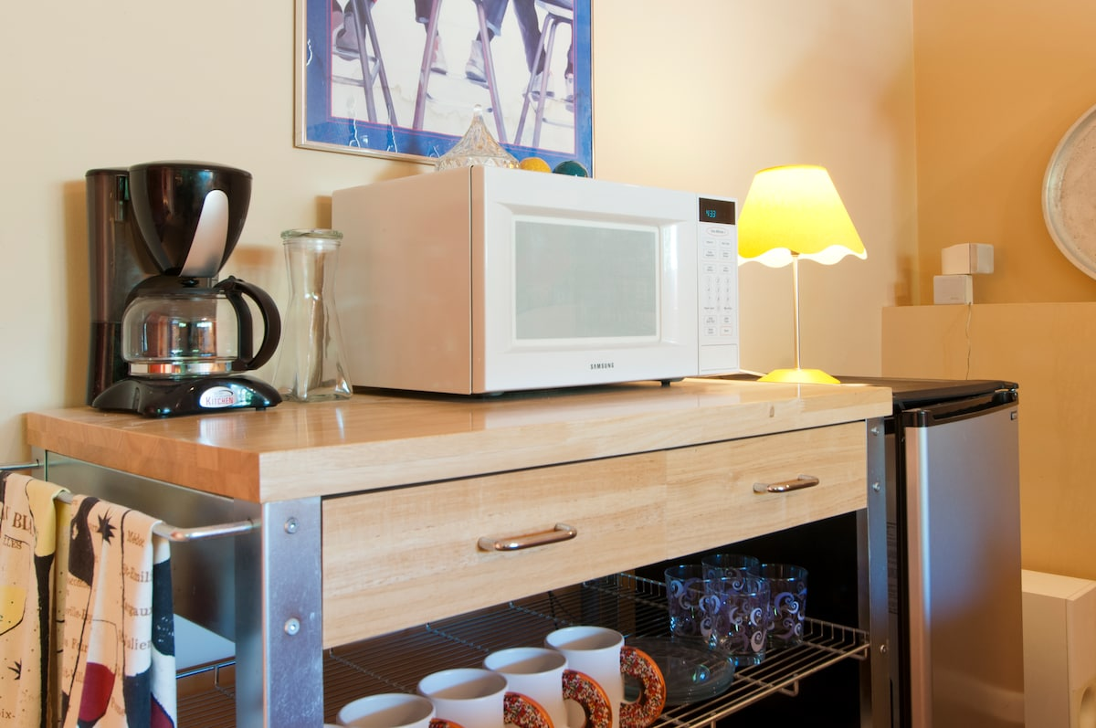 Kitchenette w/coffee, tea, micro, toaster and frig.