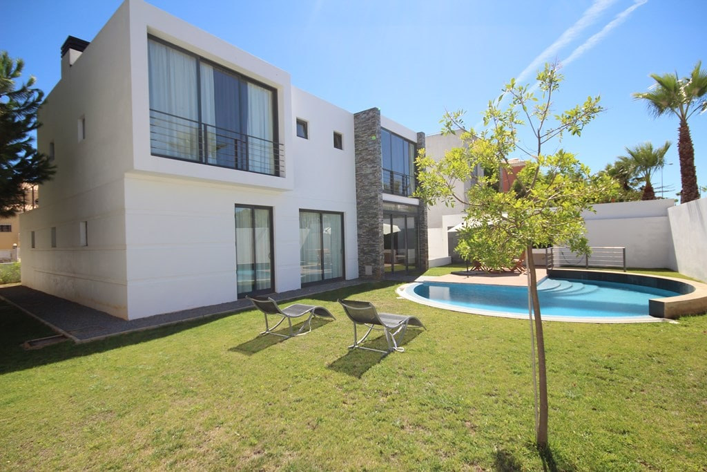 Villa with pool 150m from the beach