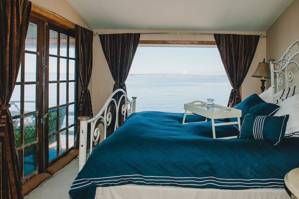Master Bed on the waterfront window, lets the waves put you to sleep and gently wake you up! SERENITY!!