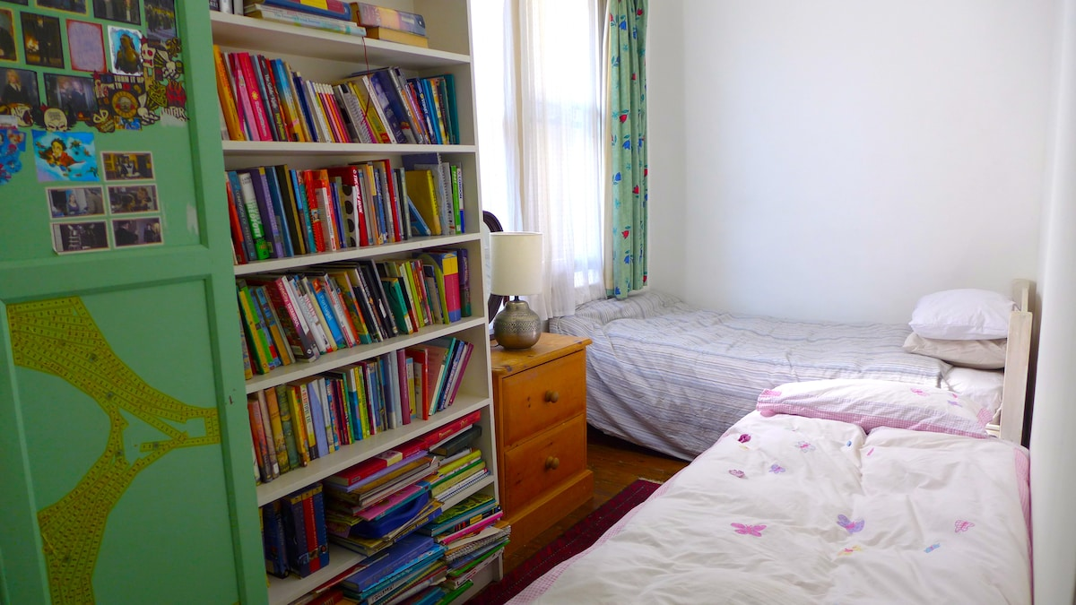 SMALL ROOM 4.30m x 2.10m with extra-wide single bed (104cm) and single futon.