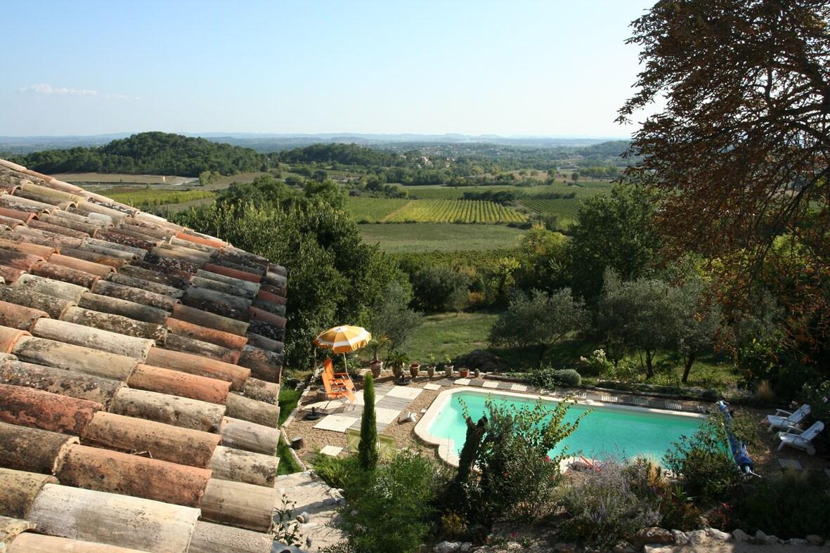 view of the valley and the pool / vue sur la vallée et la piscine