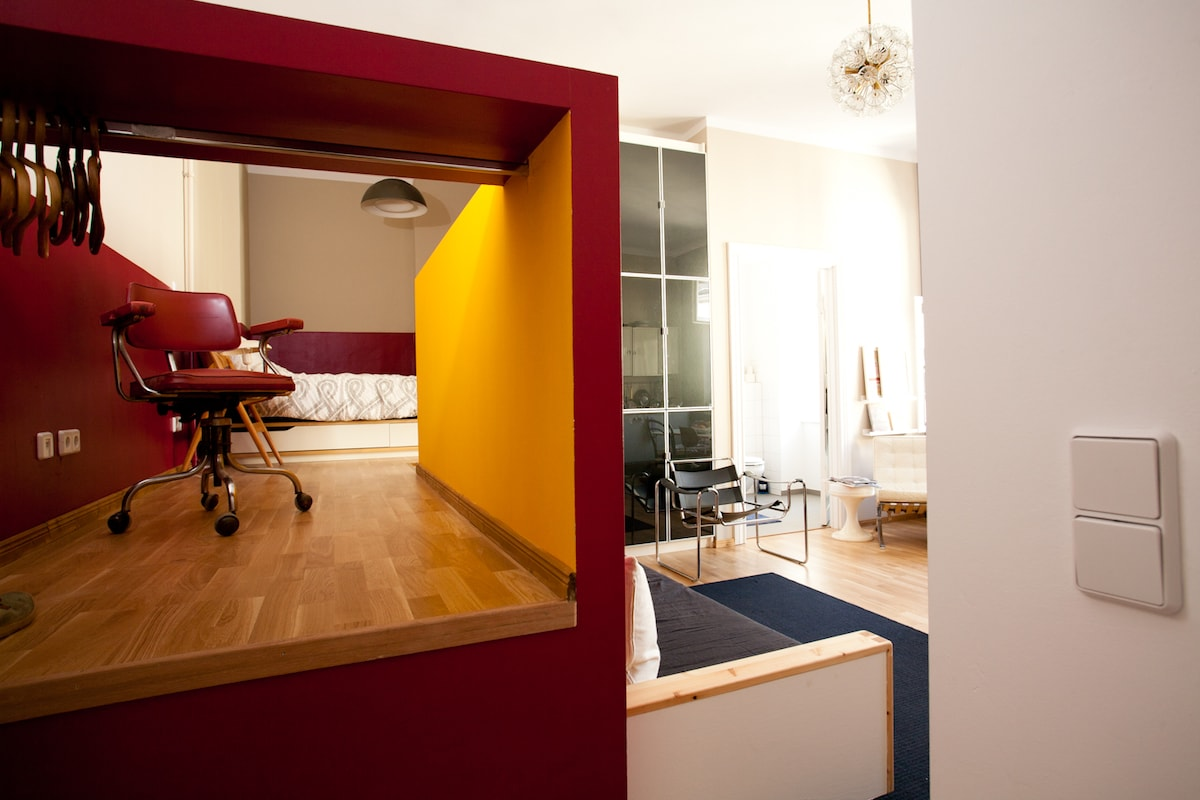 The Studio has a higher level, where the doublebed is. The Colors are inspired by Dada Painter George Grosz, who used to live here in the hood.
