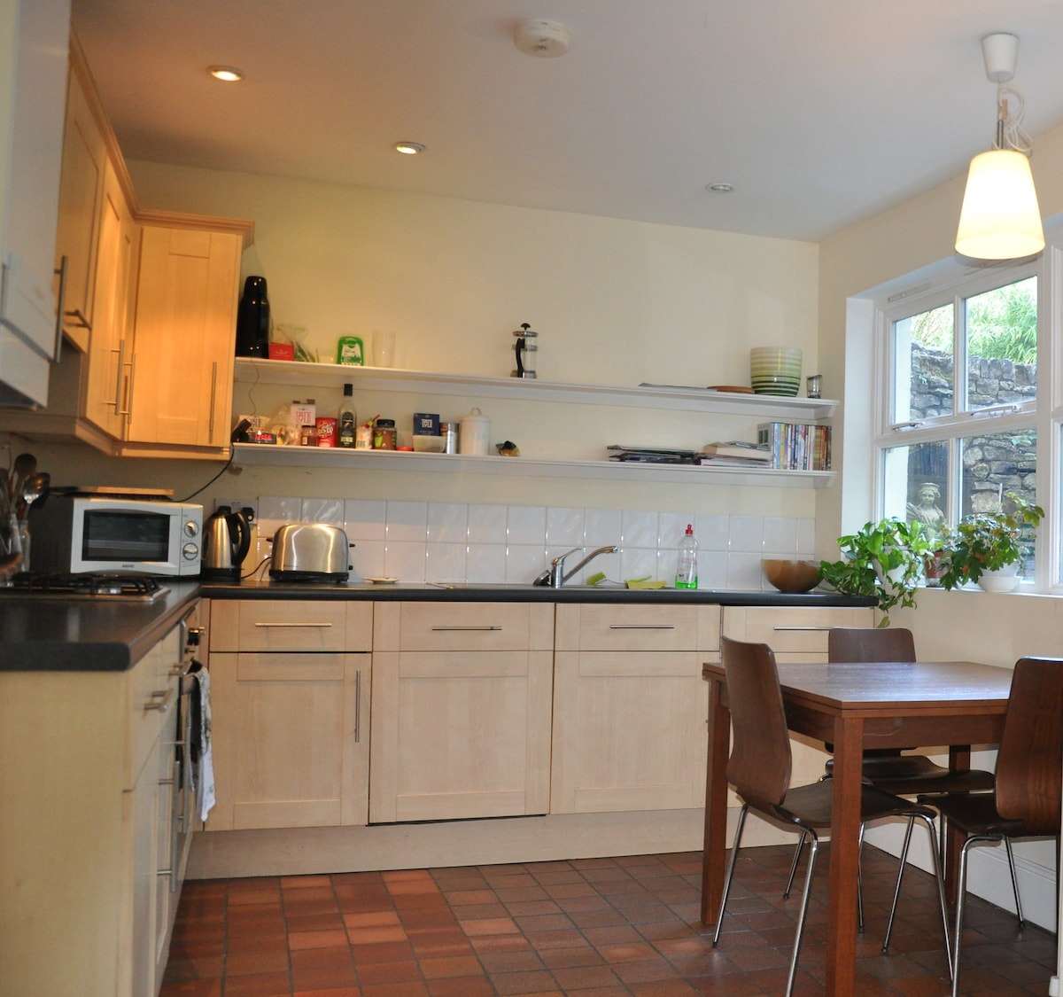 Fitted Kitchen with oven, hob, microwave, fridge dishwasher and washing machine