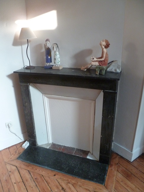 The old fireplace in your room. L'ancienne cheminée dans votre chambre