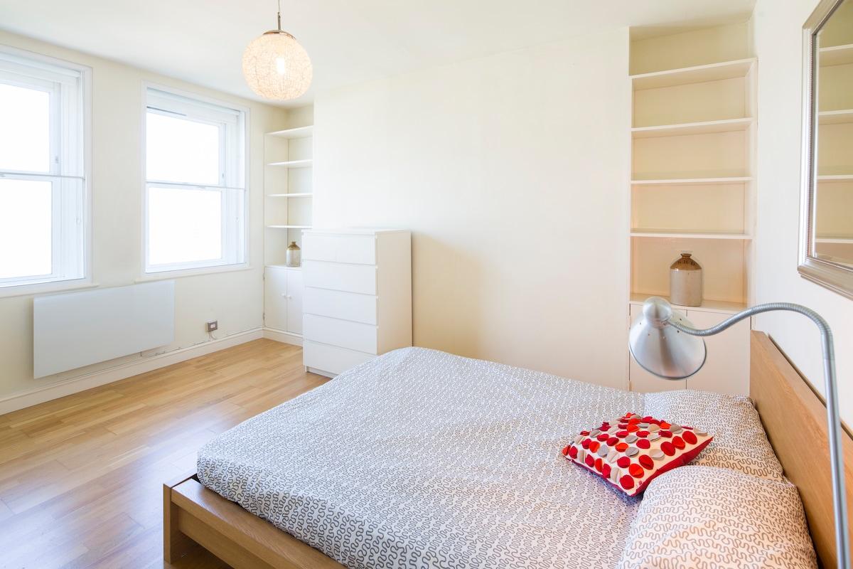 Bedroom 1. Kingsize bed