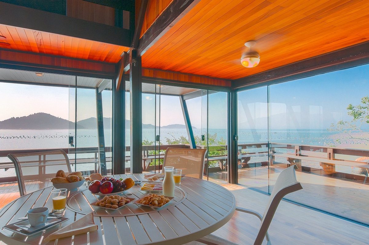 Breakfast in the beach house, panoramic view