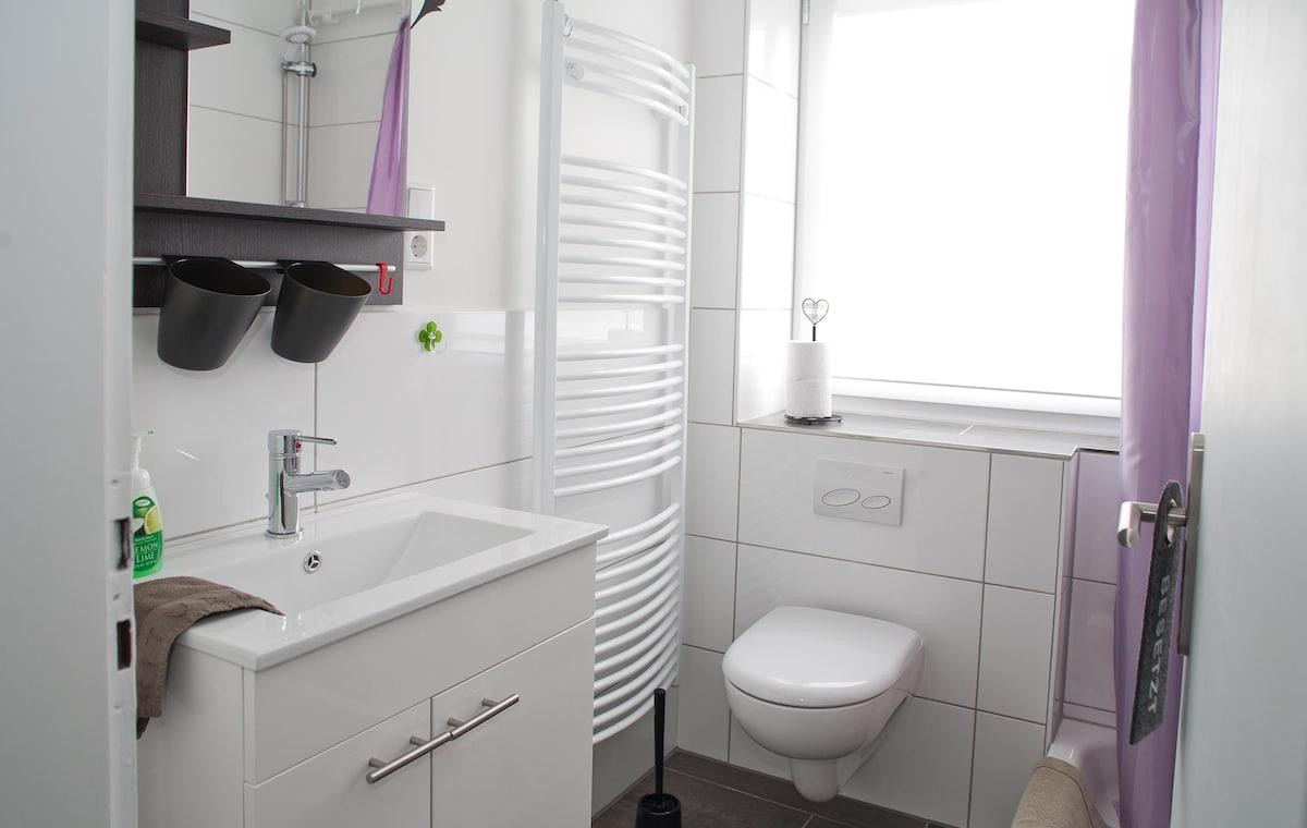 kleines Bad mit Handtüchern und Haartrockner