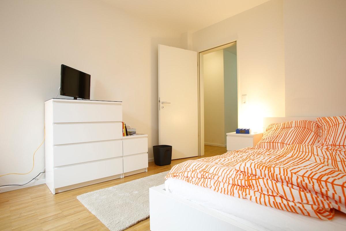 Euer Zimmer, mit Wecker und Flachbild-Fernseher / Your room, with Lego alarm clock and HDTV TV