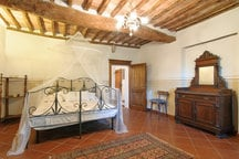 DOUBLE-ROOM Antique furniture of typical Tuscan style. Venetian LaMurrina chandelier. Book, candles, tea selection free.