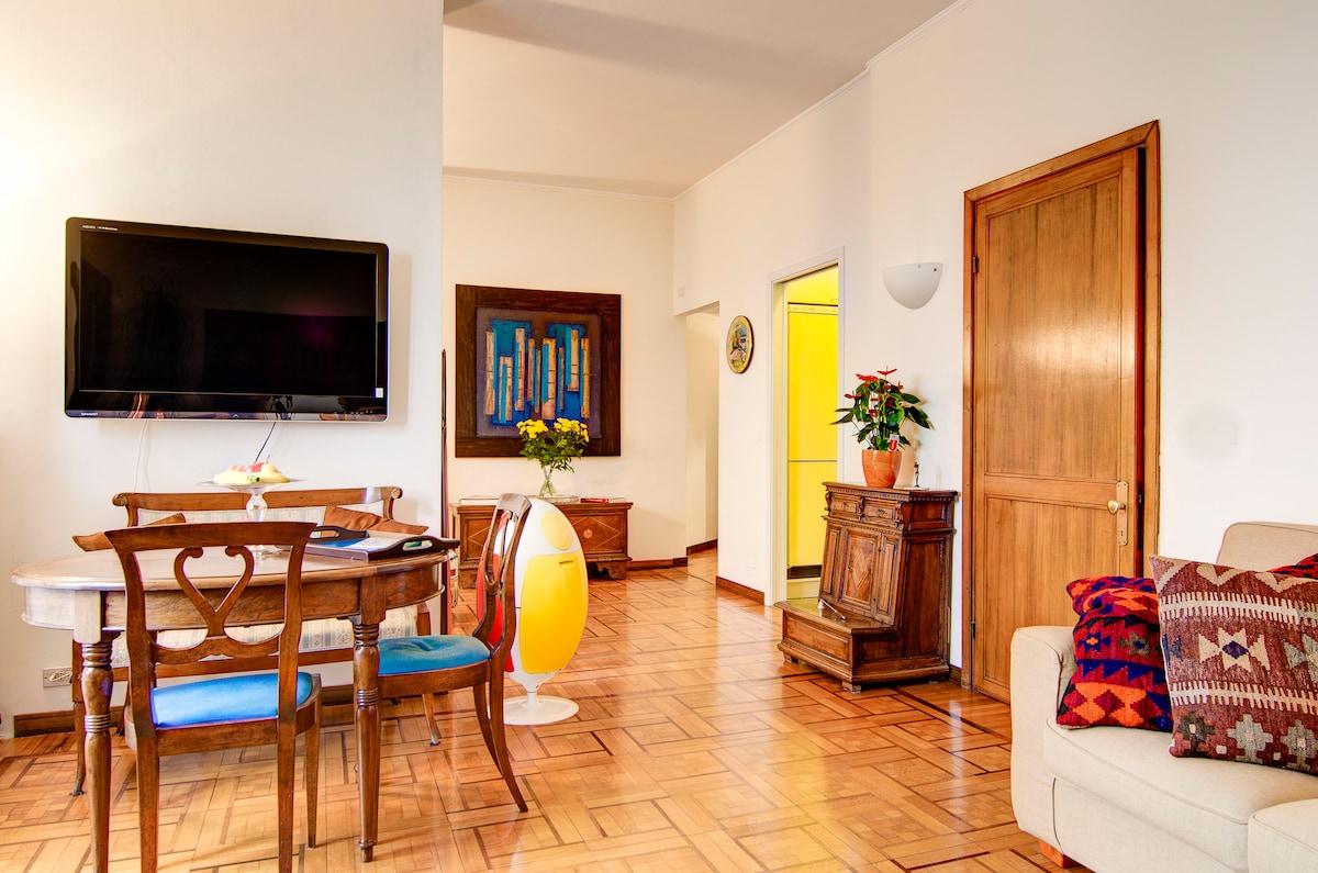 Dining table, plasma tv and sofa Обеденный стол, плазменный телевизор и диван