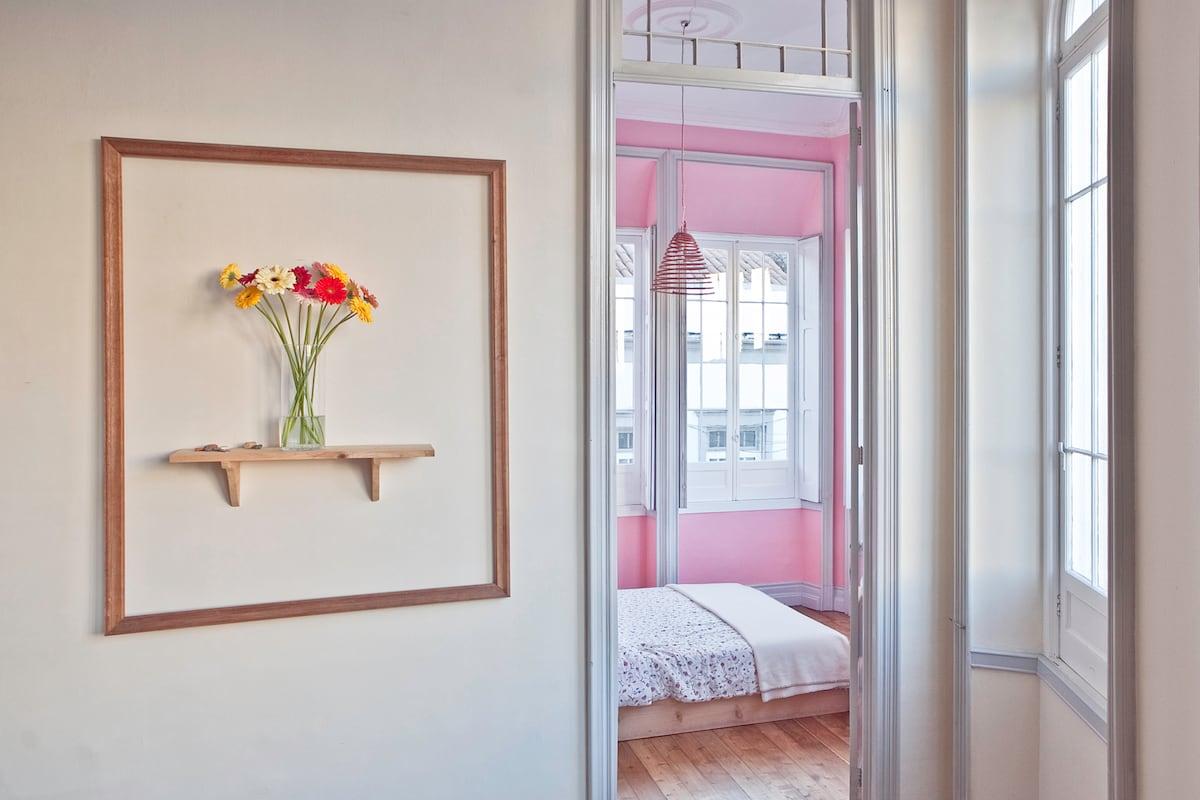 B&B in downtown-Pink room w/ Fresco