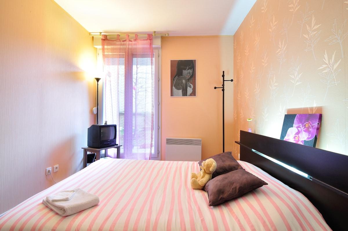 La chambre, spacieuse, calme et reposante // The room, spacious, quiet and lovely.