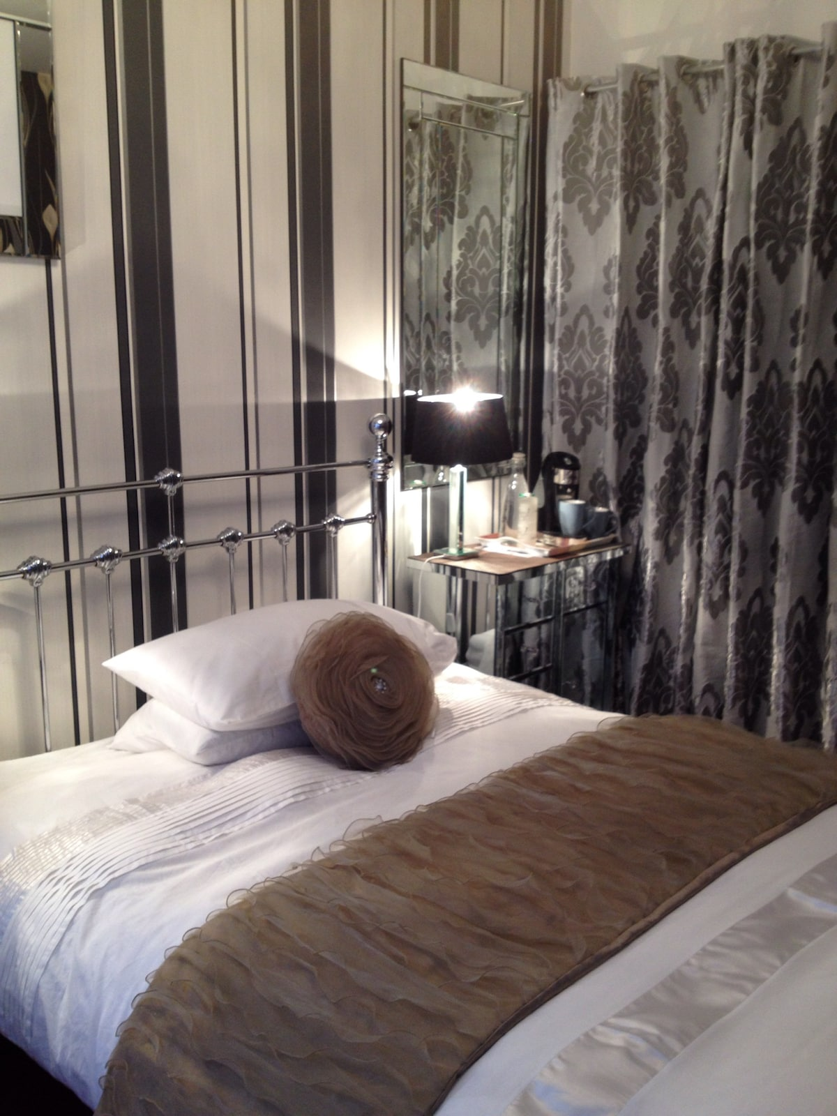 Bright Comfy Bedroom in Bloomsbury