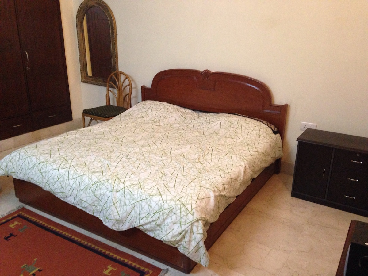 Large and comfortable double bed / Grand et confortable lit double.