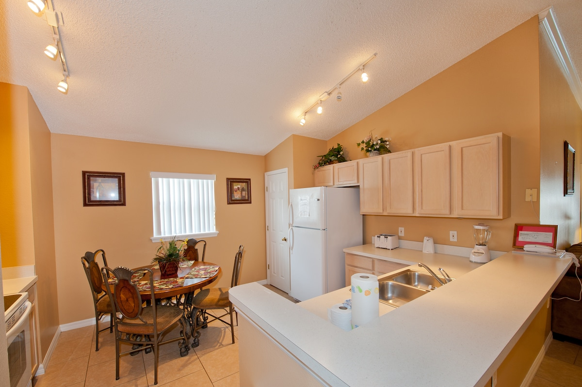 Fully equiped kitchen with island and breakfast table