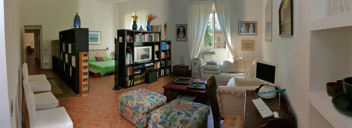 The huge living room with a en suite tatami bed with a sight on the park